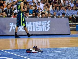 一言不合 易建联脱鞋呼在篮协脸上